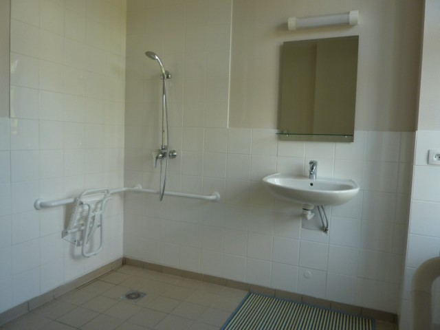 Visite le presbyt re gite d 39 tape st remy la varenne for Salle de bain handicape